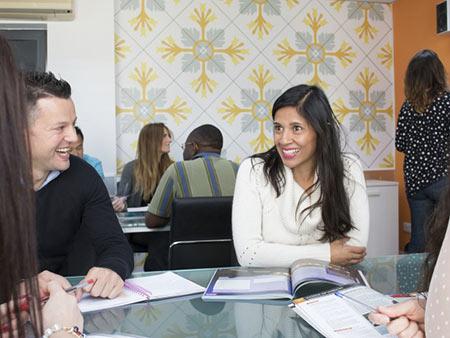 Grupy są międzynarodowe, co pozwala ćwiczyć język angielski również towarzysko, poza lekcjami
