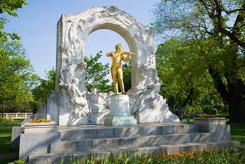 Słynny pomnik Straussa w Wiedniu