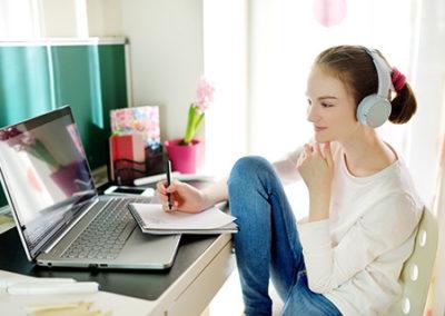 Zajęcia online odbywają się z zachowaniem wszystkich standardów nauczania obowiązujących na zagranicznych kursach językowych